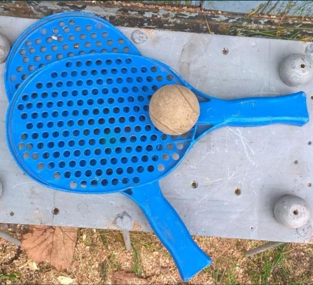 Ракетки для тенниса и мячик